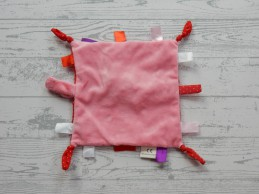 Kids Commotions speendoek labeldoek knisper roze rood stipjes labels