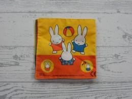 Nijntje knisperboekje stof geel oranje blauw Nijntje speelt